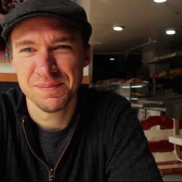 Miles-Burke-Headshot - Writer - Expert - for LinkedPhone